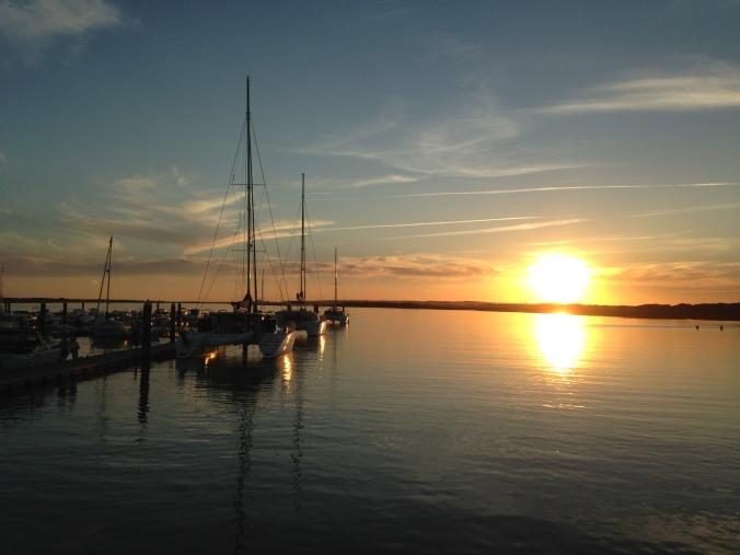 Vistas de la puesta de sol desde el pantalán del puerto deportivo.