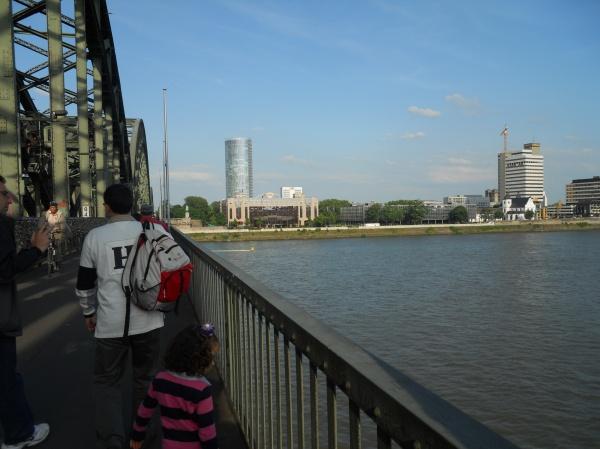 peatones en el puente