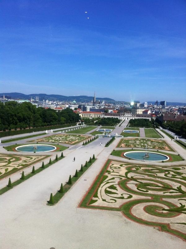 Jardín de estilo francés entre palacios